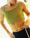 ダイエットの技術:肥満を気にしてウエストを測る女性